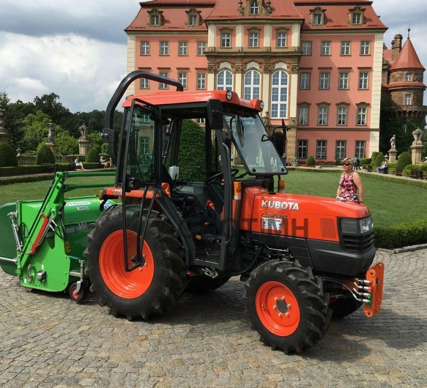 Ciągnik Kubota L3200 z kosiarką zbierającą Peruzzo Koala Professional w Zamku Książ